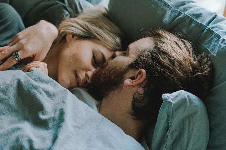 coppia letto sonno dormire
